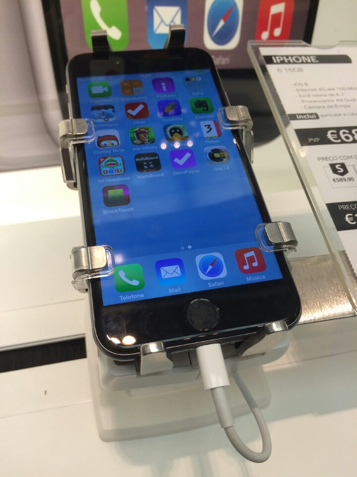 gripzo-iphone-6-in-grip-2.jpg