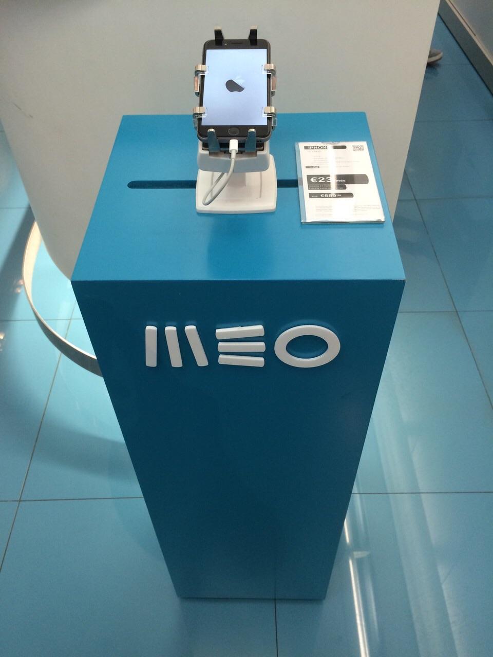 gripzo-iphone6-on-pedestal.jpeg